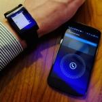 Pebble połączony bezprzewodowo przez Bluetooth z Nexusem 4